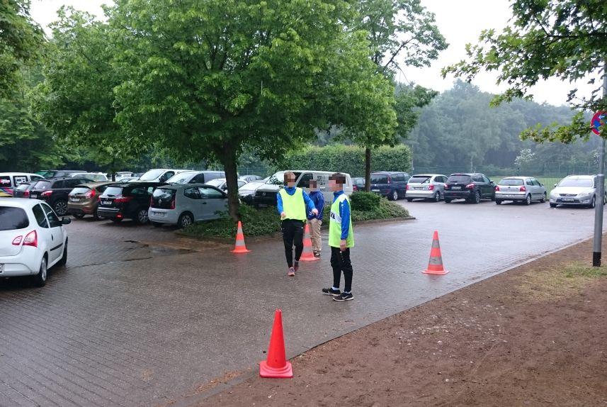 Ordner organisieren das Parken der anreisenden Gäste